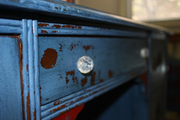 beautiful glass knobs on the center drawer